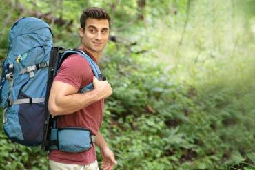 Ein Mann trägt einen Rucksack von Hoverglide auf dem Rücken