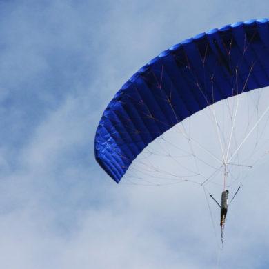 Ein Flugdrachen von KPS fliegt am Himmel