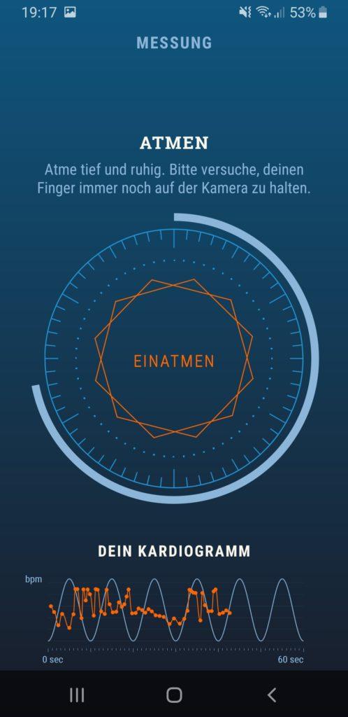 Screenshot der App Stress Guide. Ein Kardiogramm ist zu sehen, darüber ein Kreis mit Atemanweisungen