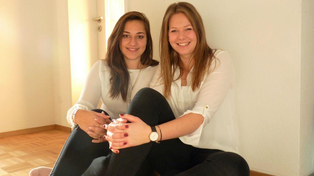 Die Spoontainable-Gründerinnen sitzen nebeneinander und lächeln