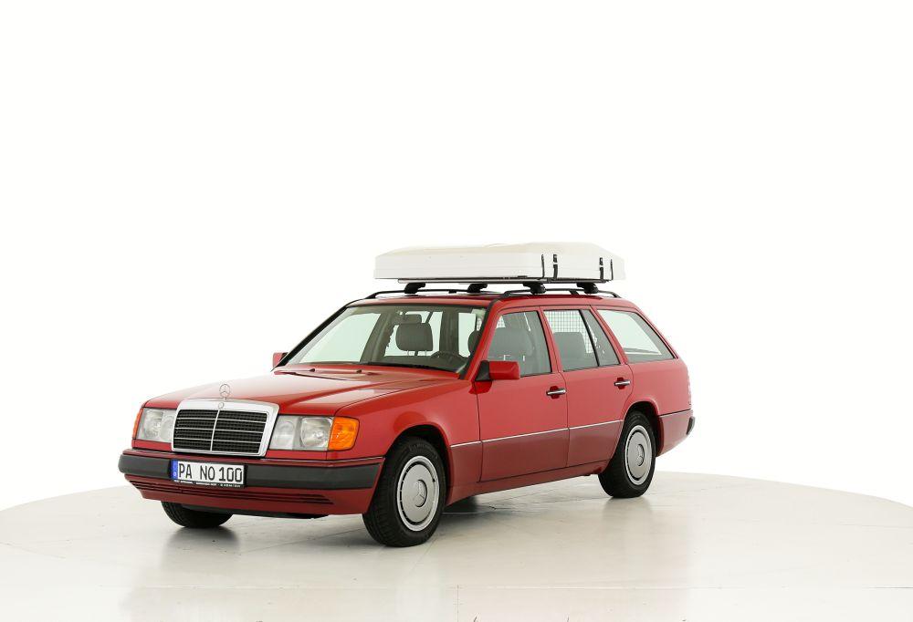 Das Zelt ist in einer Hartschale auf einem Auto verstaut