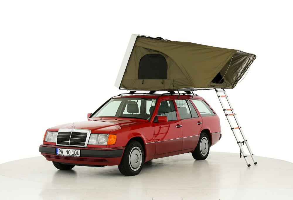 Das ausgeklappte Dachzelt steht auf einem Auto