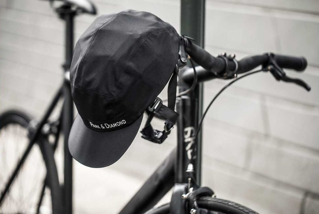 Der Fahrradhelm von Park & Diamond hängt an einem Fahrradlenker