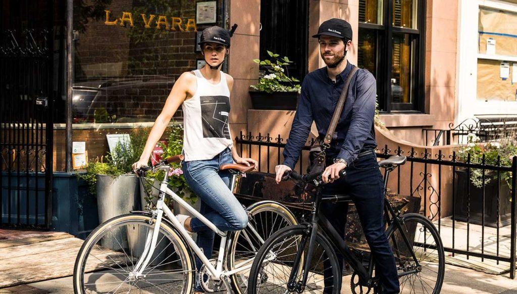 Eine Fahrradfahrerin und ein Fahrradfahrer tragen den Fahrradhelm von Park & Diamond
