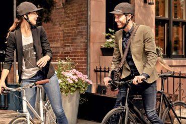 Eine Frau und ein Mann sitzen auf Fahrrädern und tragen den Fahrradhelm von Park & Diamond