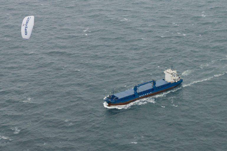 Ein Flugdrachen von SkySails zieht ein großes Schiff über das Meer