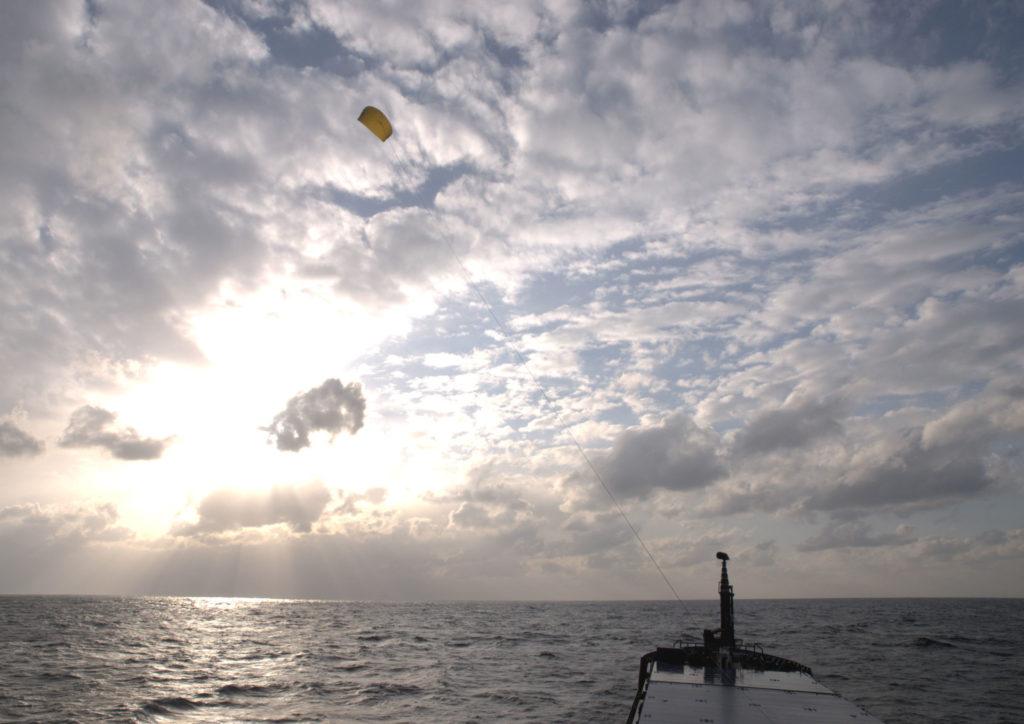 Ein SkySails Drachen fliegt über dem Meer und zieht ein Schiff