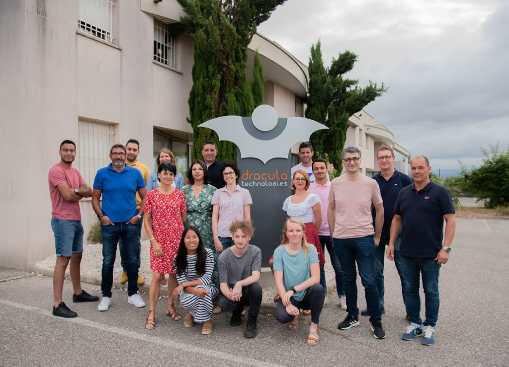 Das Team von Dracula Technologies posiert für ein Gruppenfoto
